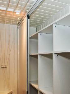 Установка встроенных шкафов