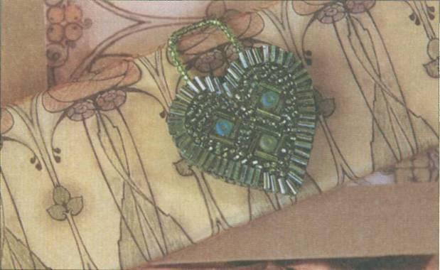 Кружева.  Абажур из бисера.  Булавка и серьги.  Ожерелье с цветами.