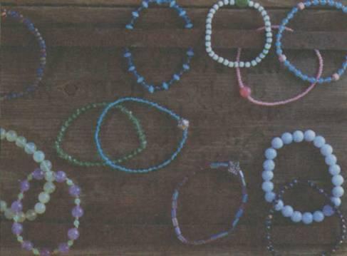 Для работы вам понадобится. бесцветная эластичная нить.  Техника изготовления простых браслетов из бисера.